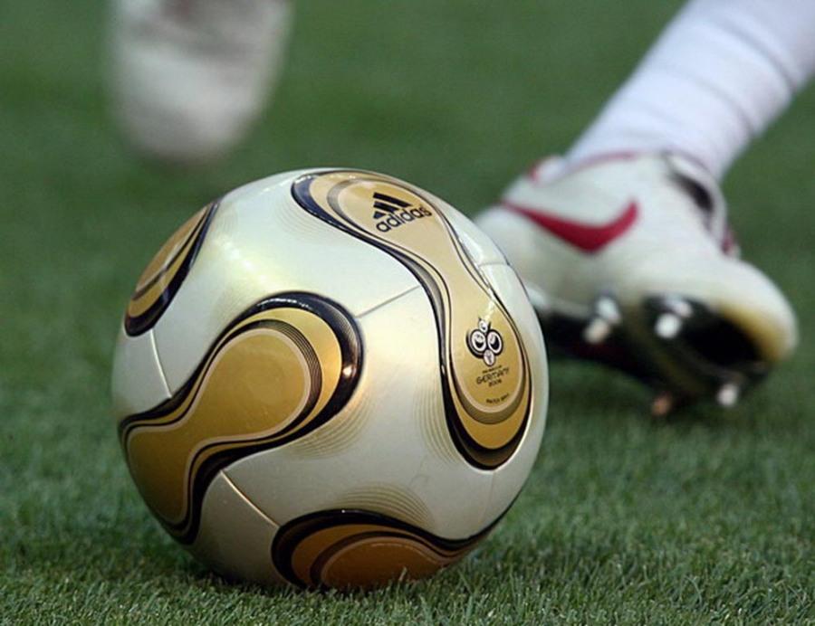 minge-fotbal-picioare